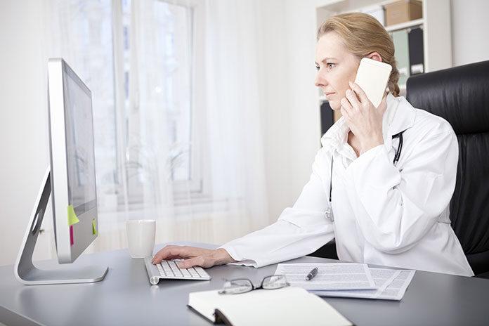 Pani doktor w gabinecie podczas rozmowy telefonicznej